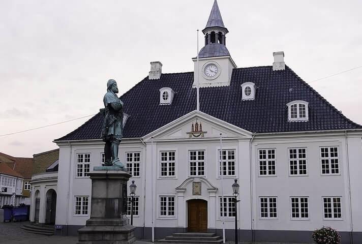 Randers Rådhus med statue af Niels Ebbesen - et af byens kendeten